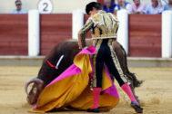 Media verónica de brazos caídos de El Juli, este jueves en Valladolid.