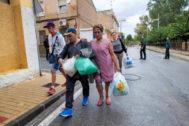 Una familia abandona su casa  en el municipio de Blanca, Murcia.