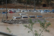 Cientos de coches permanecen inundados tras el paso de la Gota Fría en un depósito de vehículos en Orihuela (Alicante).