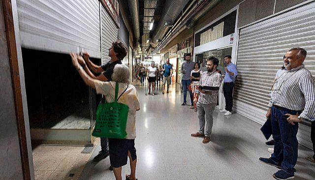 Un comerciante de la plaza Mayor de Palma cierra el establecimiento que regentaba en estas galerías.