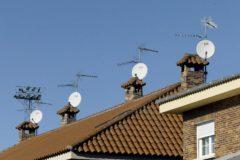 Antenas de televisión situadas en un edificio comunitario.