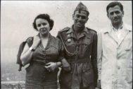 Jordi Pujol, entre sus padres, en las milicias universitarias en Castillejos (Madrid) en julio de 1951.