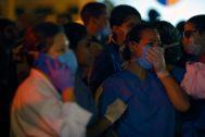 Pacientes y trabajadores del hospital, con mascarillas para evitar el humo.