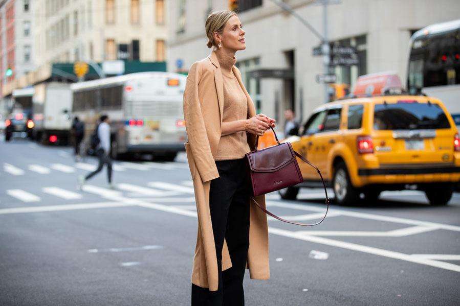 """<strong><a href=""""https://www.elmundo.es/yodona/nueva-york-fashion-week.html"""" target=""""_blank"""">La fashion week neoyorkina</a></strong> ha servido, además de para conocer las nuevas propuestas sobre la pasarela, para que nos hagamos a la idea de lo que va a imperar en las calles, y sí, parece que volvemos a las líneas limpias y pulidas de los noventa. Cortes rectos, largos midi, estampados unicolor... y tonos tierra por todas partes. A continuación <strong>te mostramos las propuestas más asequibles </strong>para que des un lavado de cara a tu vestidor. ¿Te vienes de shopping?"""