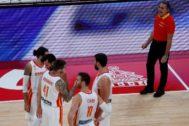 GRAF1331. PEKÍN.- El técnico italiano de la selección española, Sergio <HIT>Scariolo</HIT> (d), anima a sus jugadores antes del inicio del partido de la primera semifinal del Mundial de Baloncesto de China 2019 que se disputa este viernes en el pabellón Wukesong de Pekín.