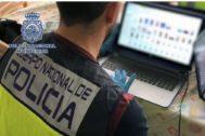 Un agente durante una operación policial contra abusos a menores en internet.