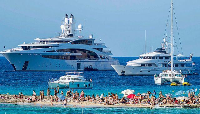 Algunos de los 'magayates' que se concentran cada verano en aguas de Ibiza. EL MUNDO
