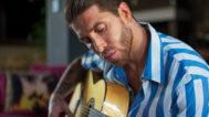 Ramos, tocando la guitarra, una de sus grandes pasiones.