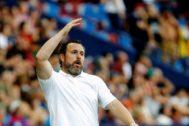 GRAF4228. VALENCIA.- El entrenador del Real Valladolid, <HIT>Sergio</HIT> <HIT>González</HIT>, da instrucciones a sus jugadores durante el partido ante el Levante UD de la tercera jornada de LaLiga, disputado hoy sábado en el estadio Ciudad de Valencia.