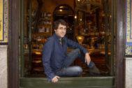 José Troncoso sentado en el alféizar de una ventana