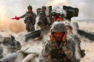 Miembros del EPL disparan artillería durante unos ejercicios militares en la provincia china de Gansu.