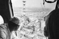 Dosimetristas miden la radioactividad de la central de Chernóbil, en 1986.