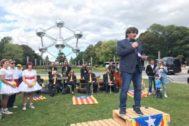 Puigdemont pronuncia un discurso el pasado 8 de septiembre en Bruselas sobre tres palés, junto a los Dansaires del Penedés