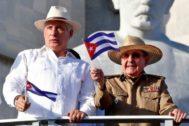 El presidente cubano, Miguel Diaz-Canel (i), y el ex mandatario Raúl Castro (d), en el desfile por el Día del Trabajo en La Habana (Cuba).
