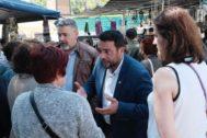 El alcalde Álex Pastor dialogando con vecinos de Badalona.
