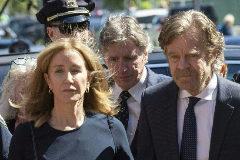 La actriz Felicity Huffman, acompañada por su marido William H. Macy, a la entrada de los juzgados de Boston