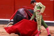 Sensacional trincherazo de Diego Urdiales, este viernes en La Glorieta de Salamanca.