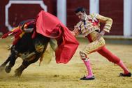 Muletazo genuflexo de Emilio de Justo, este viernes en Valladolid.