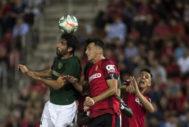 Raúl García y Budimir se disputan el balón en Son Moix.