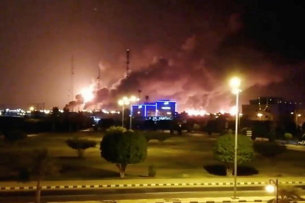 La planta de la petrolera Aramco en Abqaiq, en llamas tras un presunto...