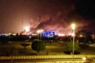 La planta de la petrolera Aramco en Abqaiq, en llamas tras un presunto ataque con dron.Abqaiq