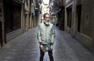 El escritor Alber Vázquez con su nueva novela en Errenteria, su localidad natal.