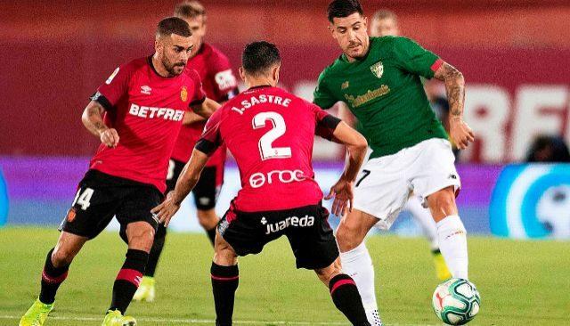 El lateral Yuri despeja un balón ante la presencia de Sastre y Dani Rodríguez, en un momento del partido de en Son Moix.
