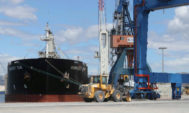 Trabajos de carga de mercancía cerámica en el puerto de Castellón.