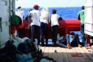 Inmigrantes sobre la cubierta del 'Ocean Viking', en una imagen de agosto.