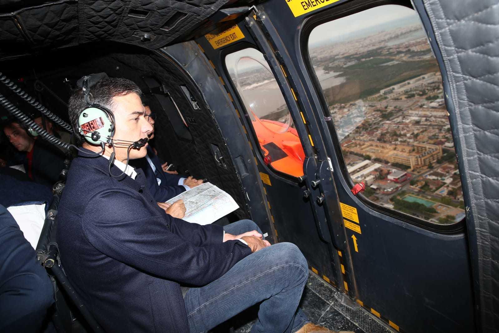 <strong>Orihuela</strong>. El presidente en funciones, Pedro Sánchez, sobrevuela este sábado en helicóptero las áreas más afectadas.