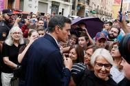 El presidente del Gobierno en funciones, Pedro Sánchez, saluda a vecinos de Orihuela (Alicante).