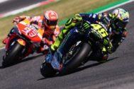 Rossi, delante de Márquez.