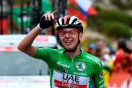 Tadej Pogacar celebra su victoria en la etapa 20 de La Vuelta.