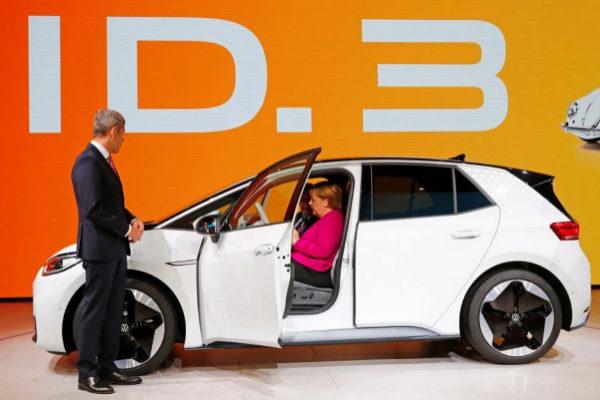 La canciller alemana, Angela Merkel, durante la inauguración de la feria del motor de Fráncfort.