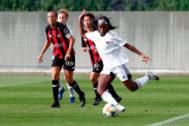 Ubogagu golpea el balón en el partido ante el Sporting de Huelva.