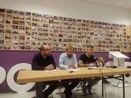 Daniel Ripa, en el centro, durante la rueda de prensa de Podemos.
