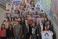 El presidente mexicano Andrés Manuel López Obrador, con los padres de los estudiantes desaparecidos de Ayotzinapa.