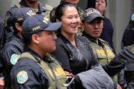 Fotografía de archivo de la líder de la oposición de Perú, Keiko Fujimori, mientras es trasladada a un penal para cumplir prisión preventiva el pasado noviembre.