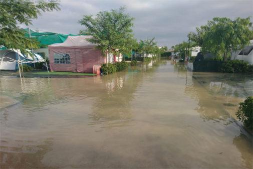 Las instalaciones del cámping, cubiertas de agua