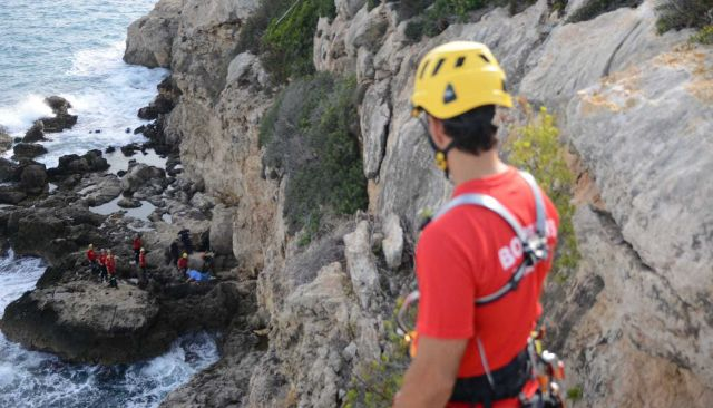 Los servicios de emergencia junto al cadáver del fallecido en los acantilados de Cala Vinyes.