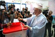 El vicepresidente del partido islámico En Nahda y candidato presidencial en Túnez Abdelfattah Mourou vota en las elecciones de este domingo.