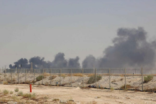 Humo en la planta petrolïfera de Aramco en Abqaiq.