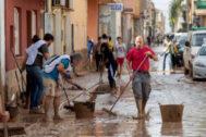 Voluntarios ayudan a los vecinos de Los Alcázares a limpiar las calles.