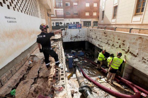 Militares de la UME achican agua del garaje subterráneo del edificio...