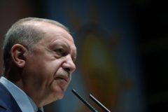 Recep Tayyip Erdogan se dirige a miembros de su partido, en Ankara.
