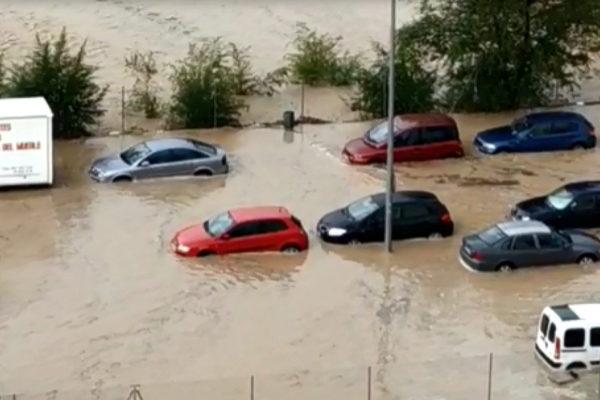 Varios coches, atrapados por la gran cantidad de agua que ha caído en Arganda.