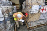 Una trabajadora coordina la ayuda humanitaria de Cruz Roja.