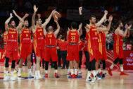 Los jugadores españoles celebran su victoria contra Argentina.