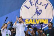 Matteo Salvini aplaude, durante la reunión de su partido, en Pontida.