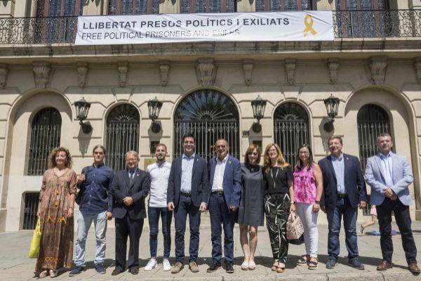 El alcalde de Lleida, Miquel Pueyo (en el centro), posa con diversos concejales después de colgar la pancarta de apoyo a los presos políticos.